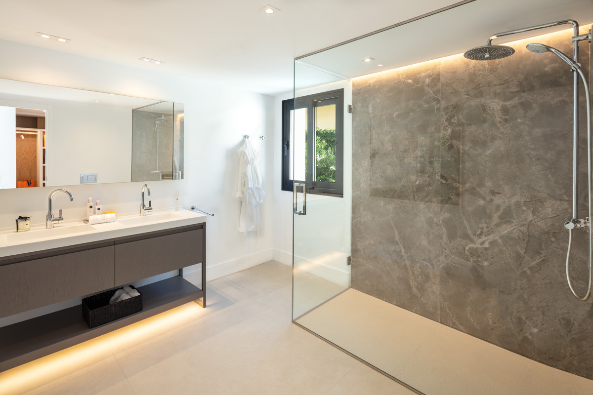 Fully Modernised Luxury Villa in Nueva Andalucia Bathroom